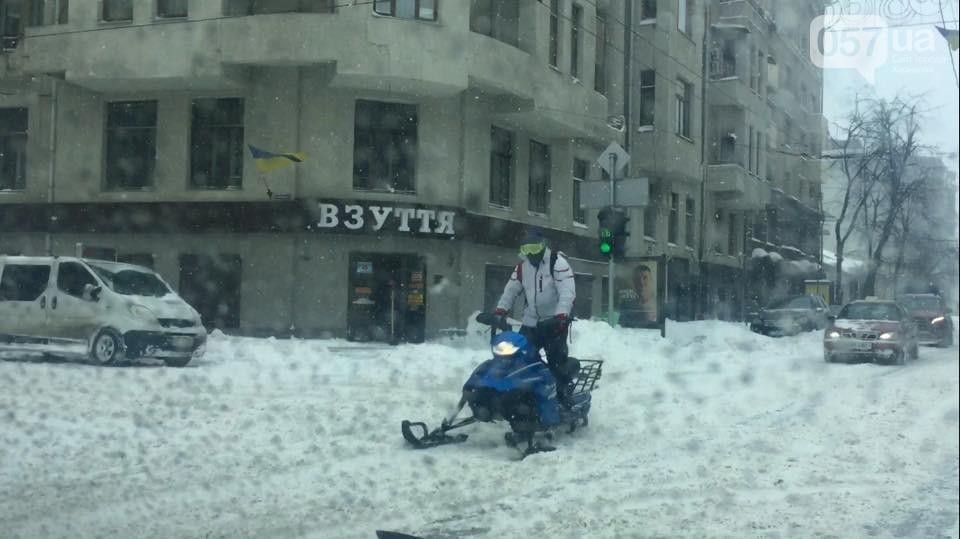 В центре Харькова заметили мужчину на снегоходе