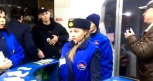 «Кладите 5 гривен и проходите»: в Харькове активисты пропускают пассажиров метро по старому тарифу