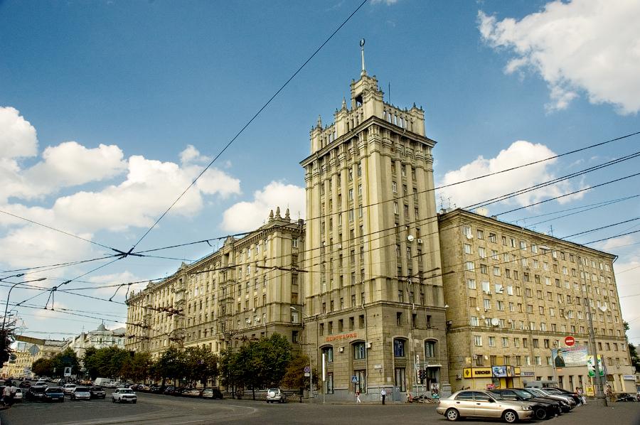 В Харькове демонтируют шпиль с дома на площади Конституции
