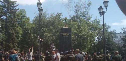 Активисты уничтожили в Харькове памятник Жукову (видео)