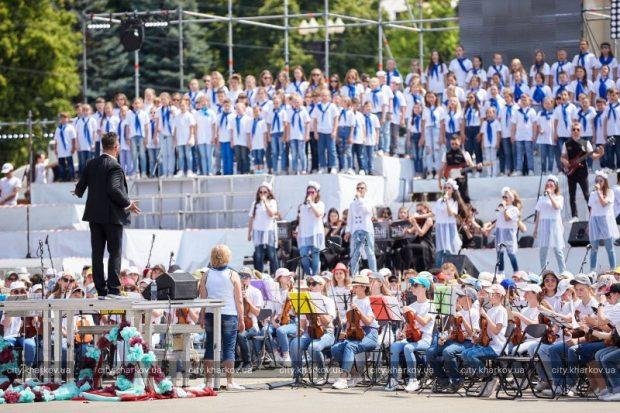 На площади Свободы одновременно выступили 4 тысячи детей