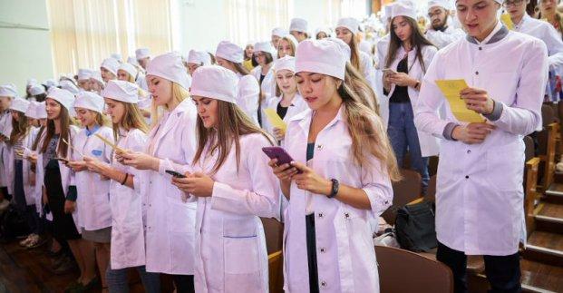 Крупный харьковский вуз посвятил в студенты будущих медиков