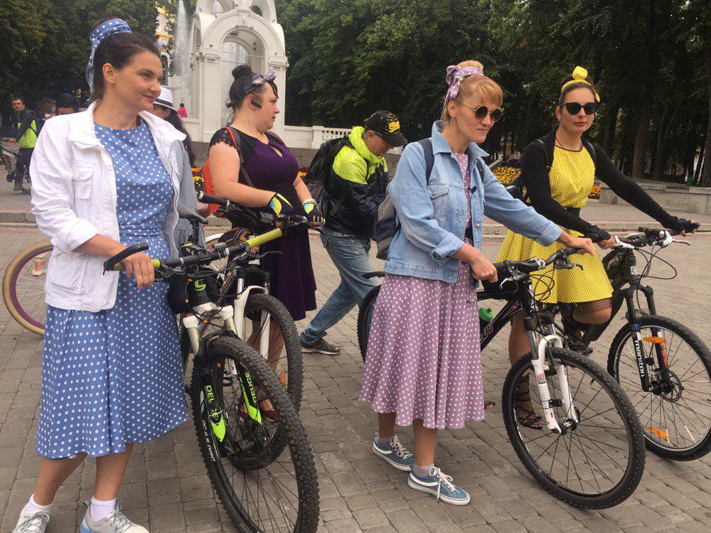 Девушки в ретро: в Харькове прошел костюмированный женский велопарад