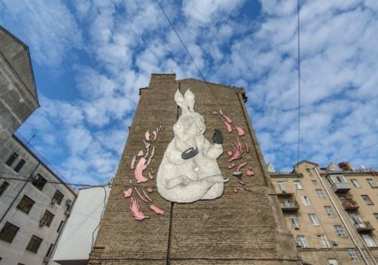 У центрі Харкова на будівлі з'явився гігантський кролик