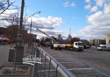 На площади Свободы начали строить каток