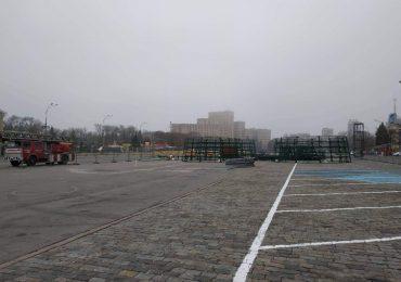 На площади устанавливают елку (фото)