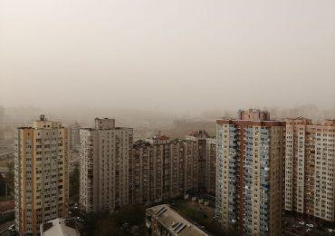Київ накрила хмара пилу. Дивіться фото