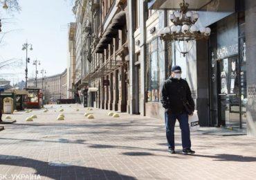 Кабмин усилил карантин: запрещено ходить группами более чем по двое