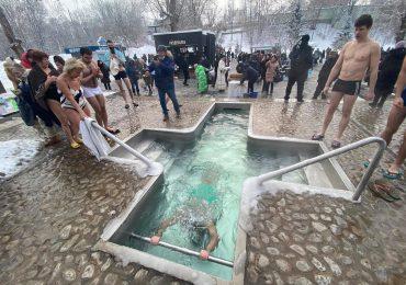 В Саржином Яру харьковчане окунаются в источник (ФОТО)