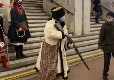 Стрельба и танец «козы»: киевляне устроили в метро вертеп