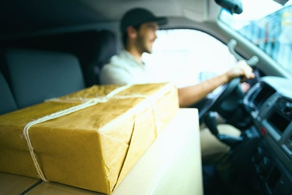 У Києві запустили новий сервіс доставки Noww для їжі й одягу