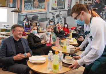 Под Киевом открыли кафе, где работают молодые люди с синдромом Дауна (ВИДЕО)