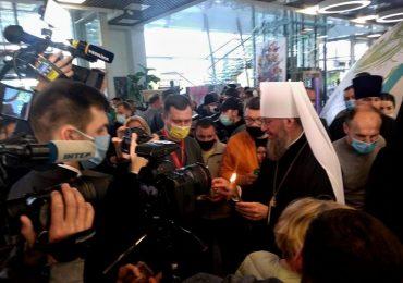 Делегация УПЦ доставила благодатный огонь в Украину