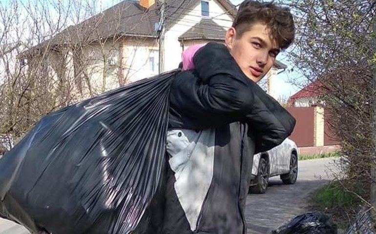 В Киеве подросток самостоятельно убрал улицу и собрал более тонны мусора