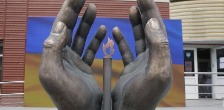 В Киеве установили памятник врачам, которые умерли от коронавируса